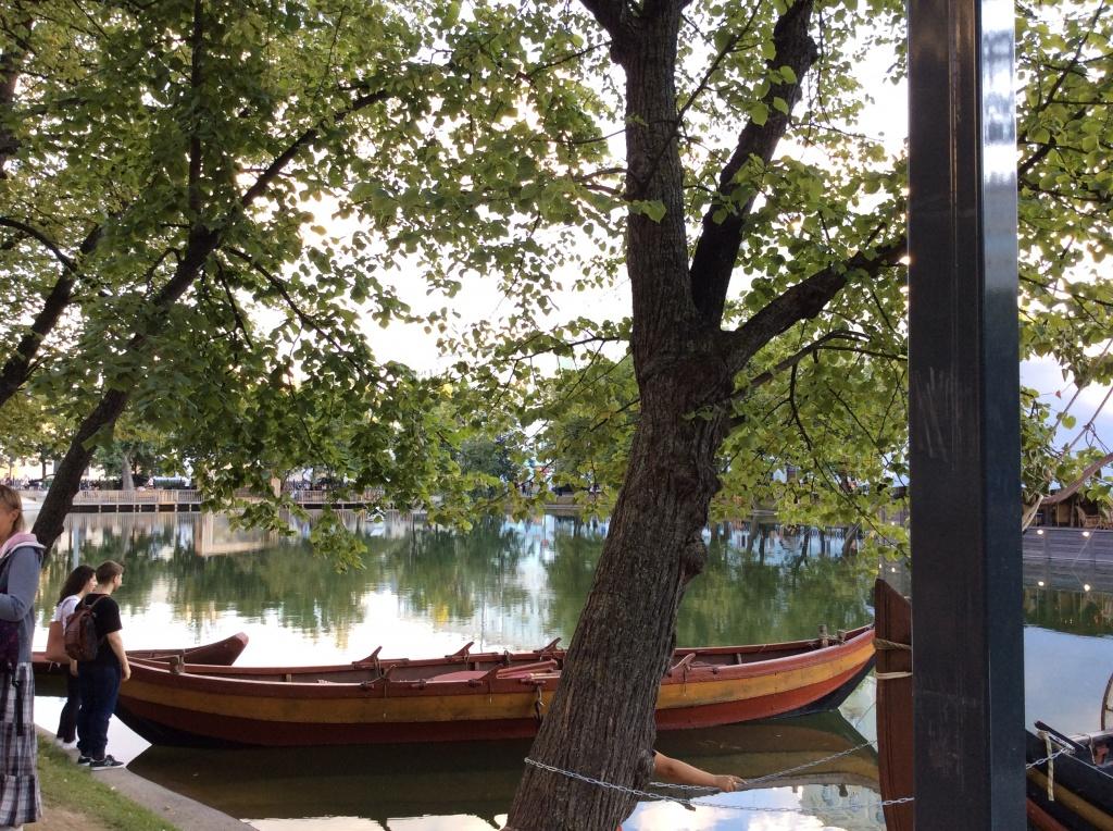 Деревянная лодка на воде